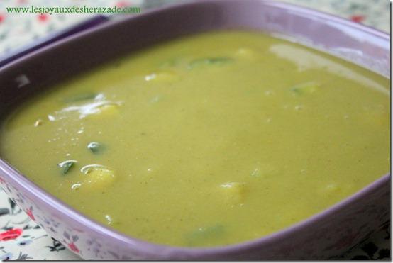 soupe , velouté au courgettes et aus pois cassés