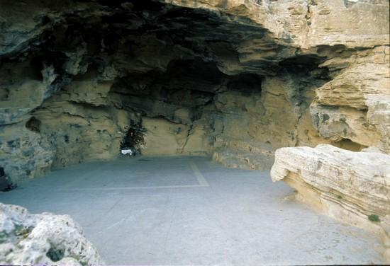 Grotte à Ras el hamra où ont lieu les célébrations et le festin.