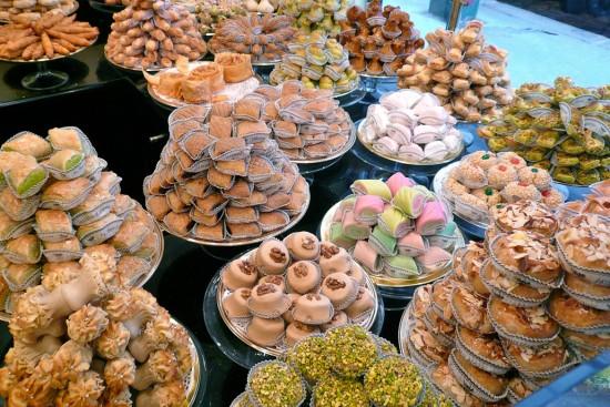 Tablée garnie de pâtisseries algériennes.