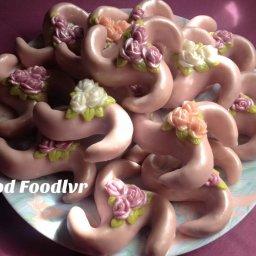 L'Arayeche glacé fait partie des gâteaux traditionnels algériens qui sont présent à nos tables lors des fêtes Cette recette a été réalisée et proposée par Dood Foodlvr qui fait partie du groupe les Amis de Sherazade Un gâteau glacé garni d'une farce à base d'amandes