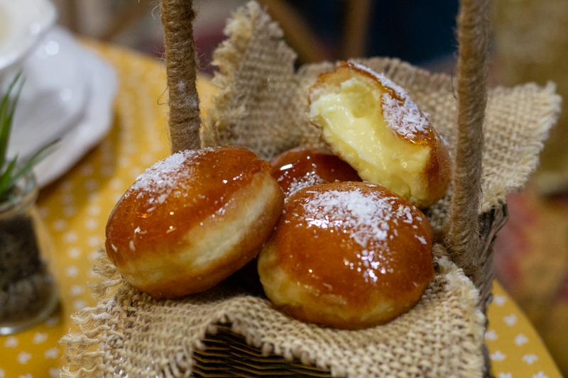 Donuts fourrés à la crème vanille et au caramel croquant